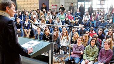 Banni suivent les étudiants de niveau supérieur à la présentation ARG par Christophe Braouet, président de la Société germano-française de Francfort. (2016) © Michael